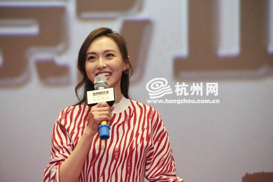 唐嫣携电影《决战食神》现身杭州 与粉丝大聊美食